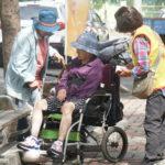 熱心的師兄姊們請坐在輪椅的婆婆一同禮拜誦經
