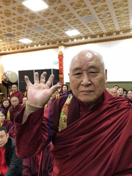 上圖:年近90歲的聖僧開初教尊用他三根手指頭已骨節折斷變形的右手,單手拿起了200磅金剛杵上基座,展顯了其上超十六段的聖力,遠超亞洲第一大力士,驚駭世人。 (攝影:楊慧君)