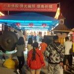 周末晚上湧入大批人潮參拜佛殿,敲響祈福鑼