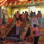 周末晚上湧入大批人潮參拜佛殿