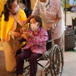 坐著輪椅的長者到佛殿上香祈福