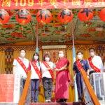 行動佛殿105站嘉義市香湖公園,本會卓總會長致贈綠度母墜子給黃敏惠市長