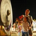 周末晚上湧入大批人潮參拜佛殿,敲響祈福羅