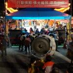 周末晚上湧入大批人潮參拜佛殿,轉轉經輪轉去厄運帶來好運