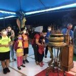 周末晚上湧入大批人潮參拜佛殿上香祈福