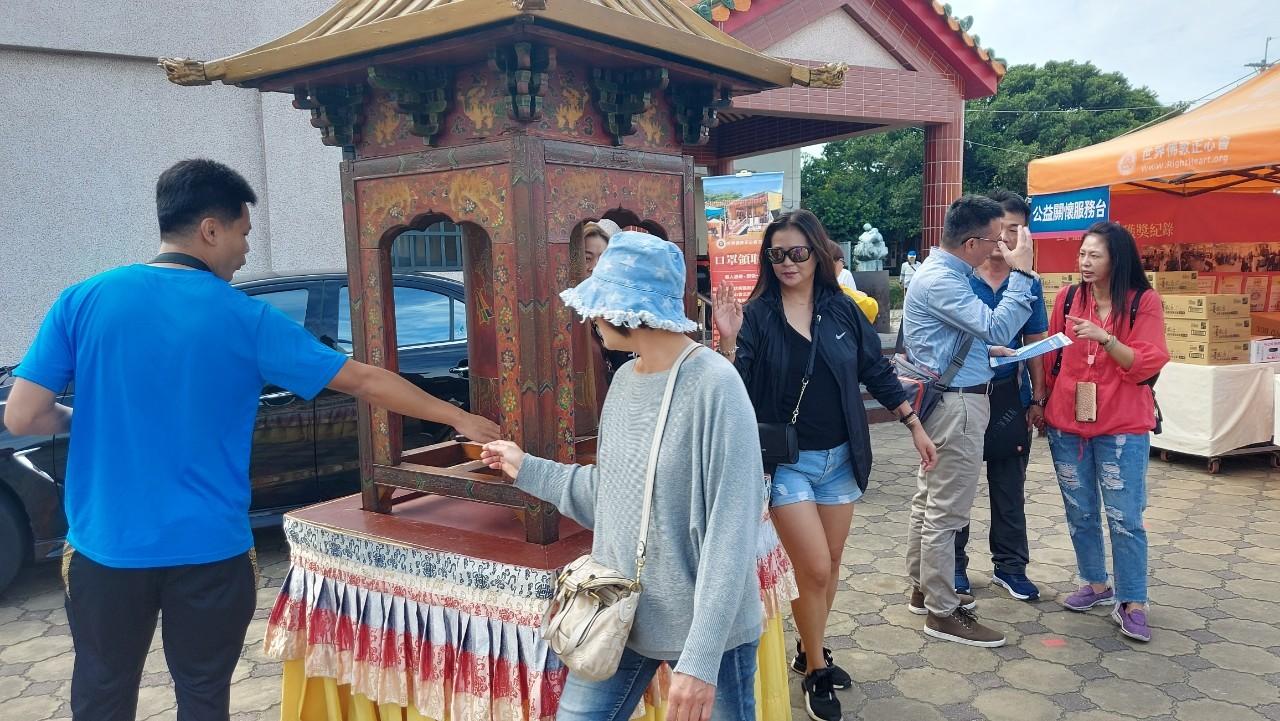 行動佛殿110站嘉義布袋魍港,眾多信眾轉經輪轉來好運轉去壞運