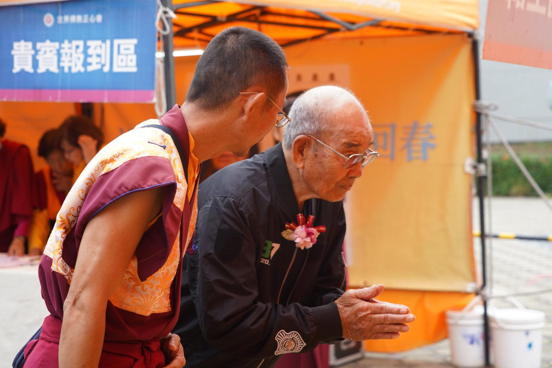 行動佛殿110站嘉義布袋魍港,82歲的太聖宮主委蔡崇田(右)恭敬虔誠頂禮