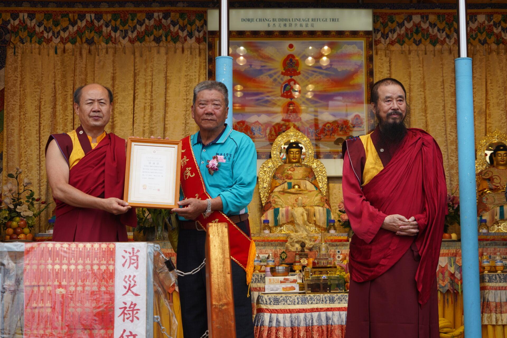 行動佛殿110站嘉義布袋魍港,卓總會長代表該會致贈感謝狀給魍港太聖宮
