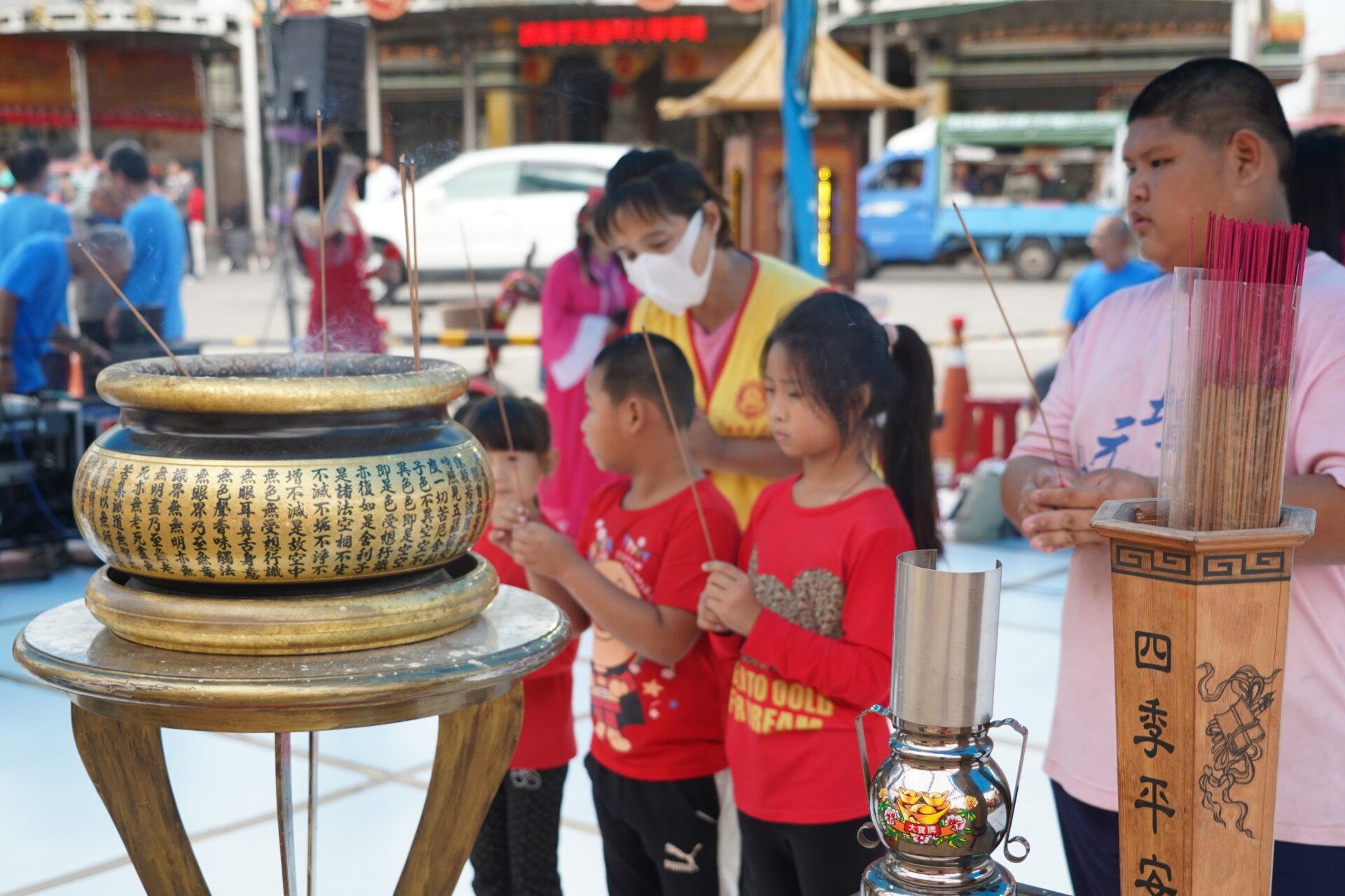 行動佛殿110站嘉義布袋魍港,眾多信眾虔誠禮拜