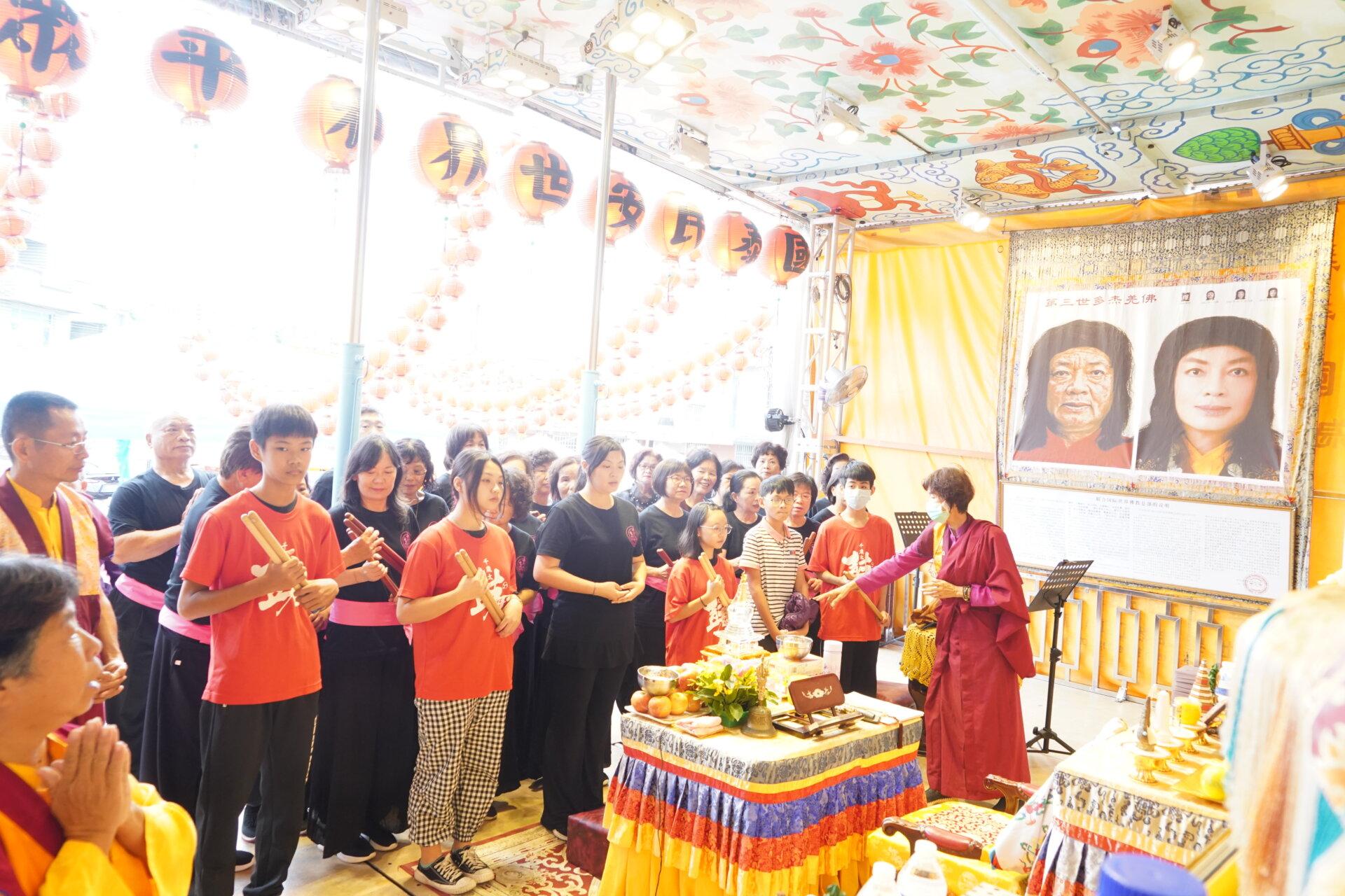 行動佛殿110站嘉義布袋魍港,眾多信眾至佛殿頂禮三寶佛