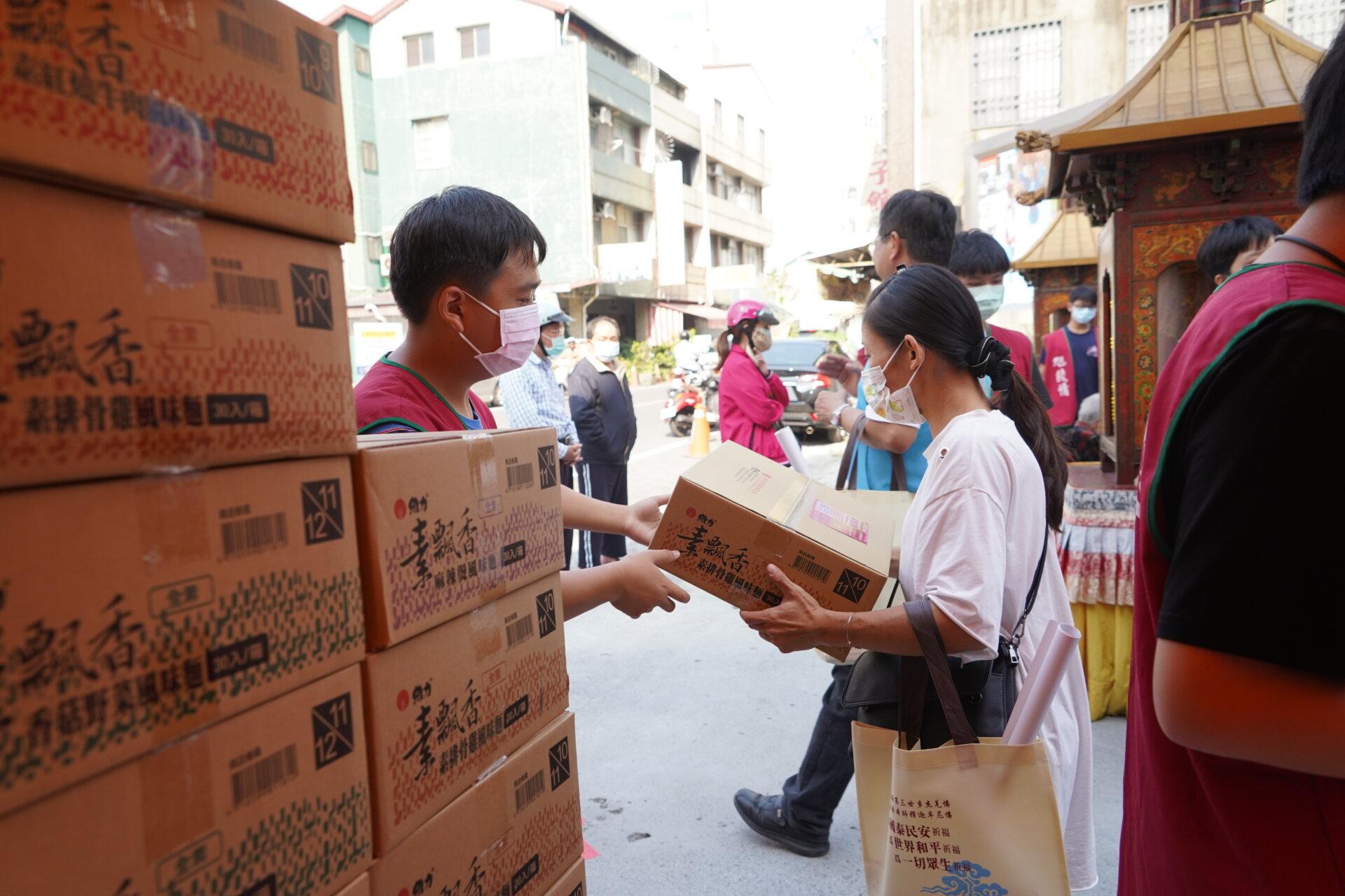 行動佛殿111站嘉義市地藏庵旁,愛心關懷,嘉義高中學生發心至佛殿做義工發送物資