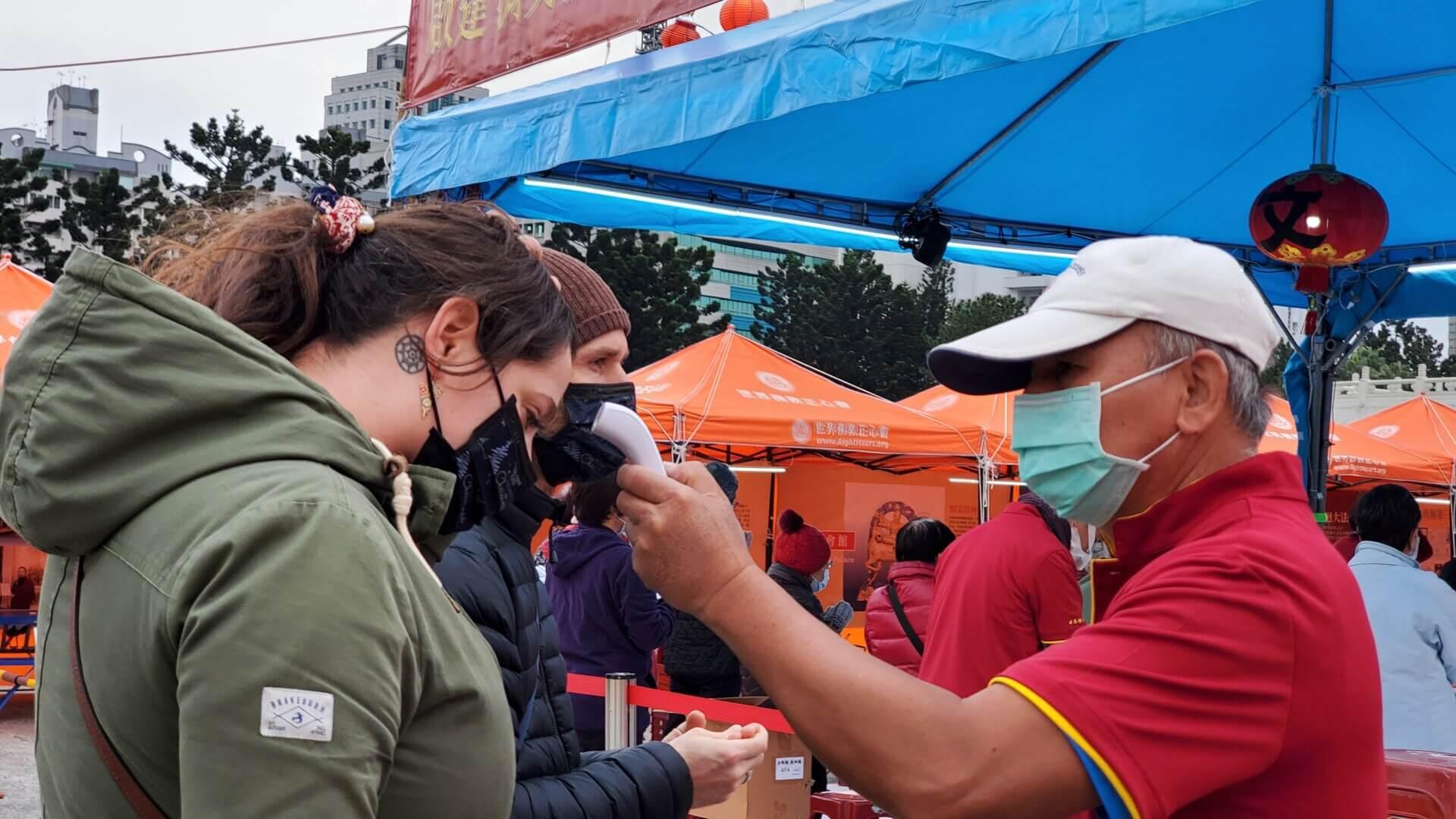 行動佛殿117站台北中正紀念堂,做好防疫措施測量額溫