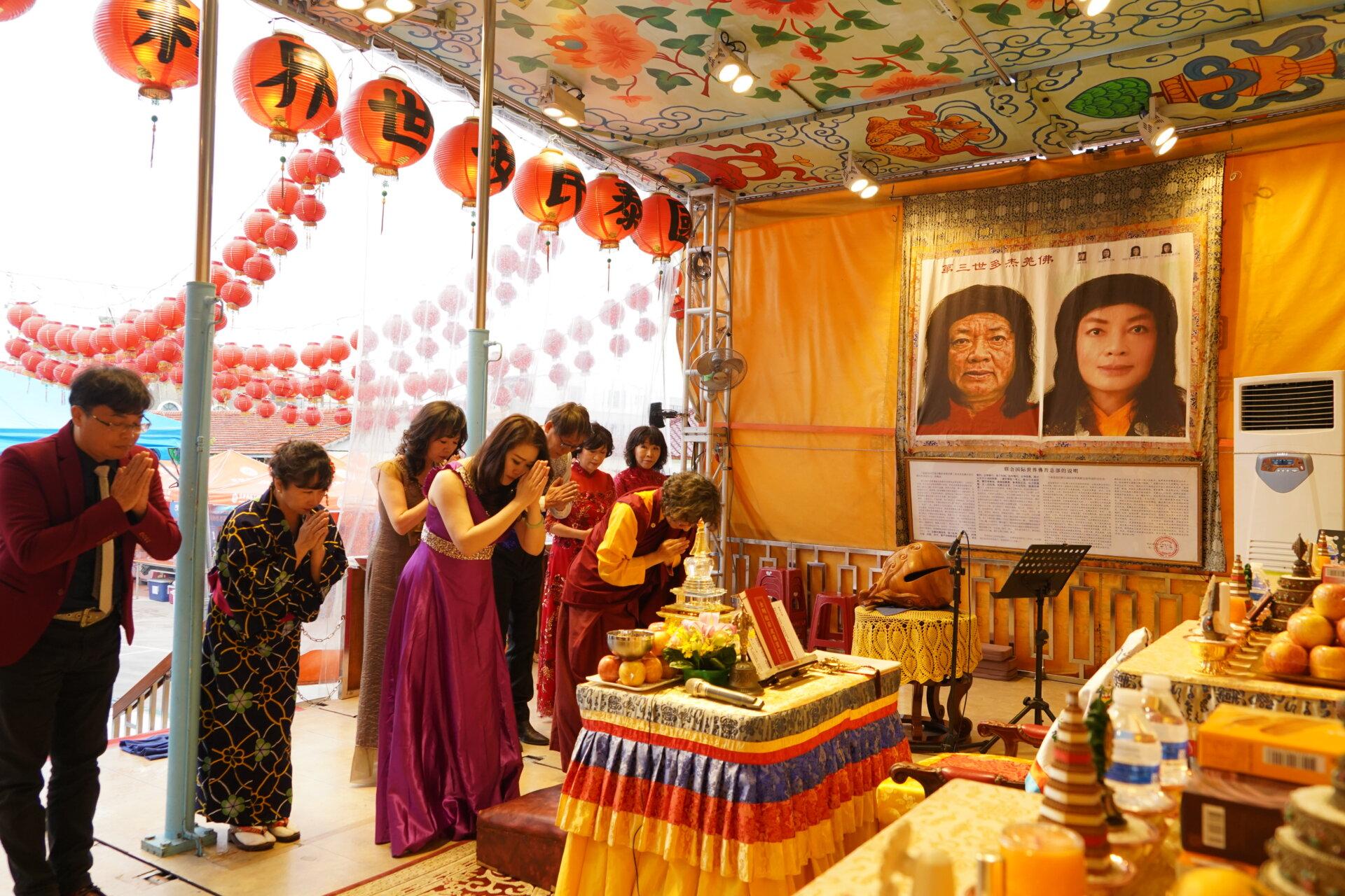 行動佛殿116站台南後壁,向表演團體介紹南無第三世多羌佛返老回春聖蹟