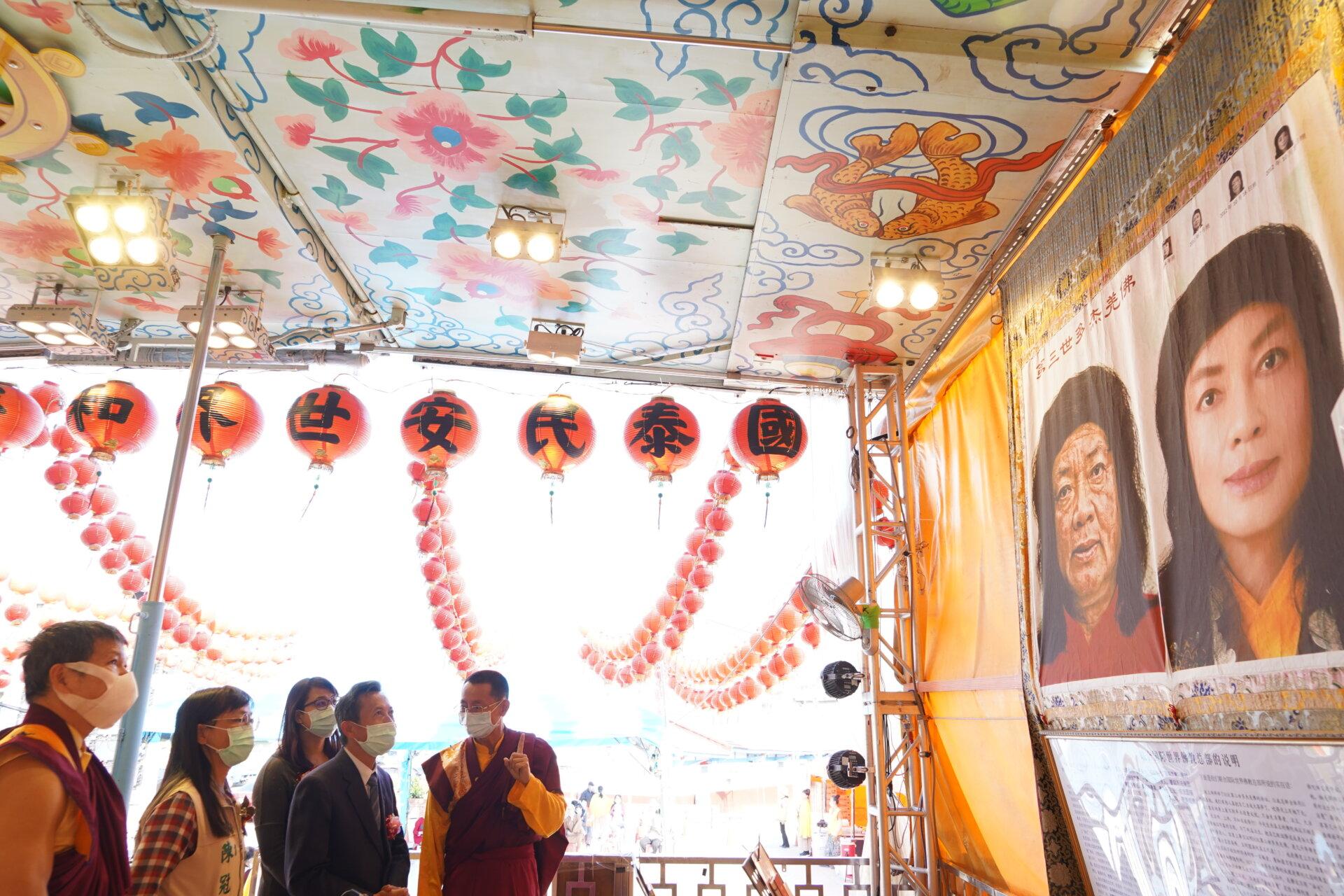 行動佛殿116站台南後壁,向貴賓介紹南無第三世多羌佛返老回春聖蹟