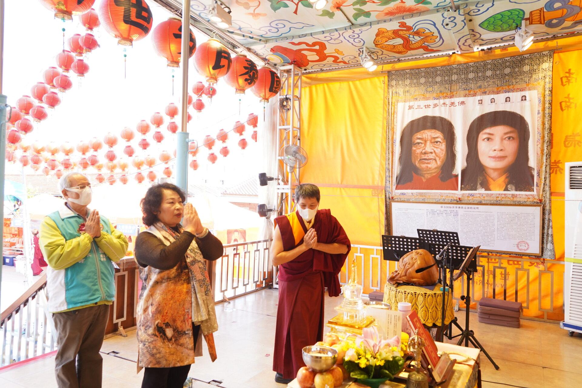 行動佛殿116站台南後壁,本會師兄帶領前議長賴美惠頂禮諸佛菩薩