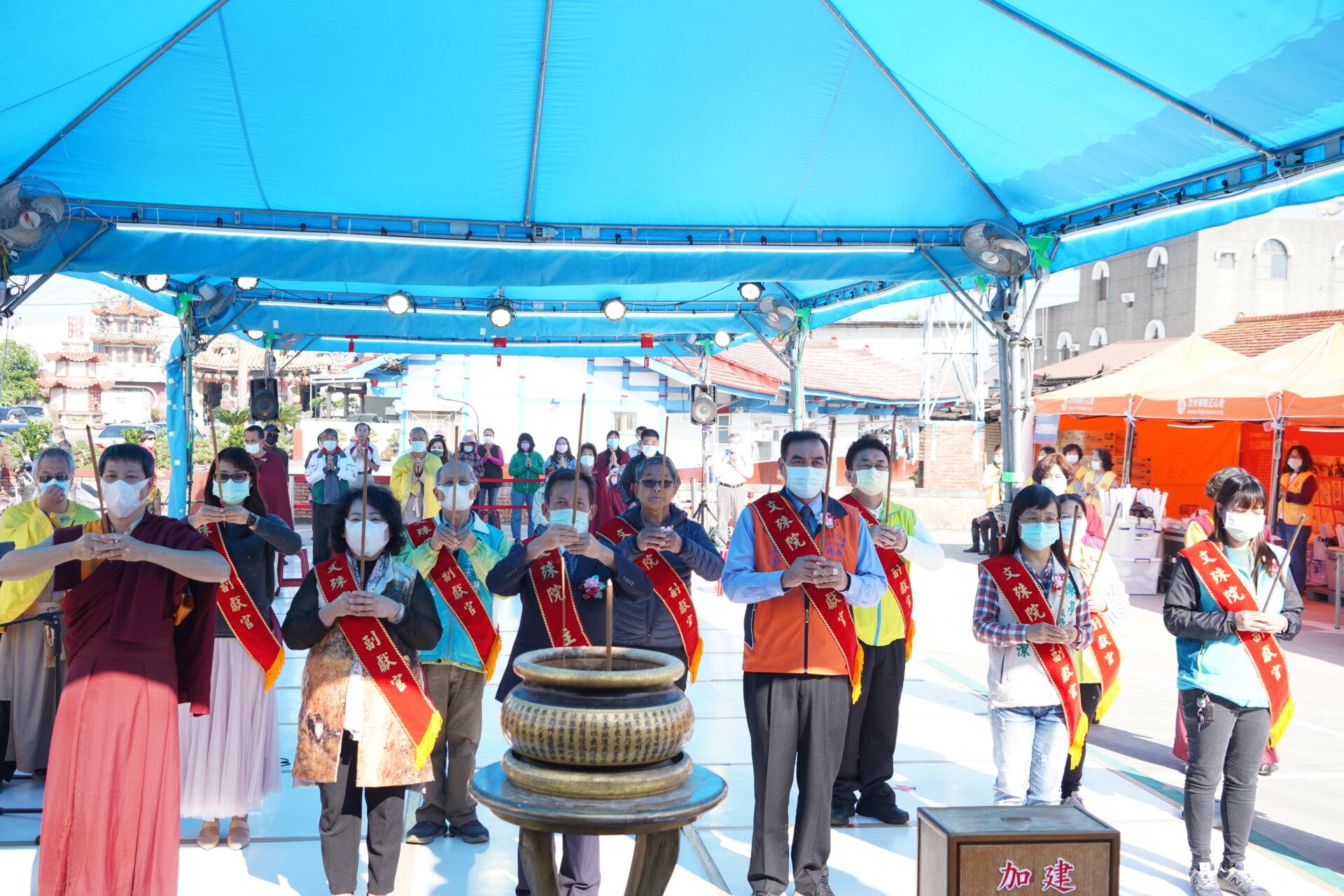 行動佛殿116站台南後壁,本會師兄帶領貴賓上香祈福