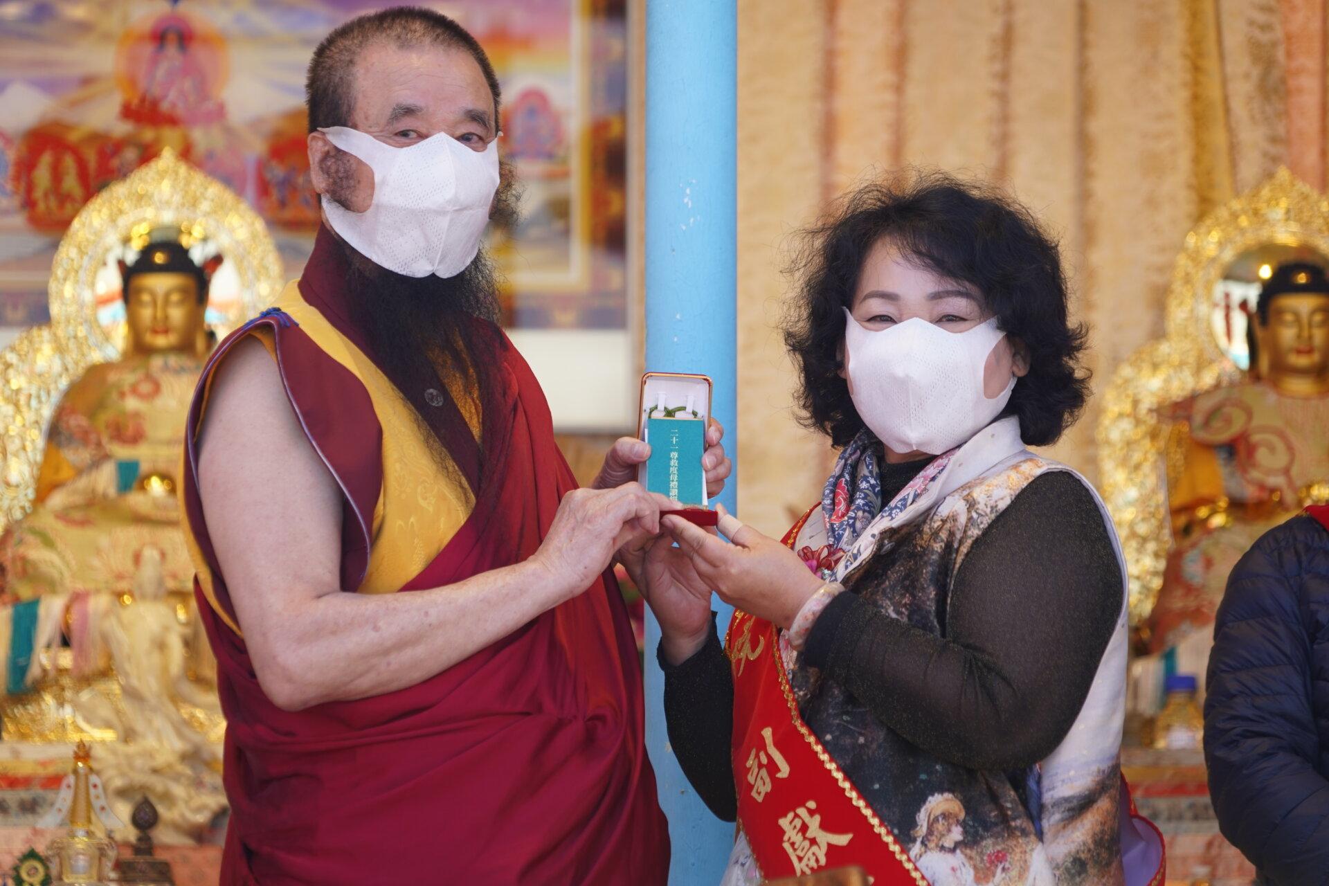 行動佛殿116站台南後壁,本會指導上師恆性嘉措仁波且(左)致贈珍貴加持物綠度母墜子給前議長賴美惠(右)