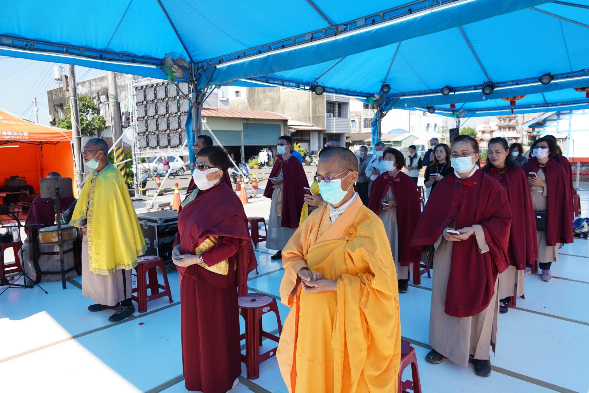 行動佛殿116站台南後壁,信眾齊心誦經