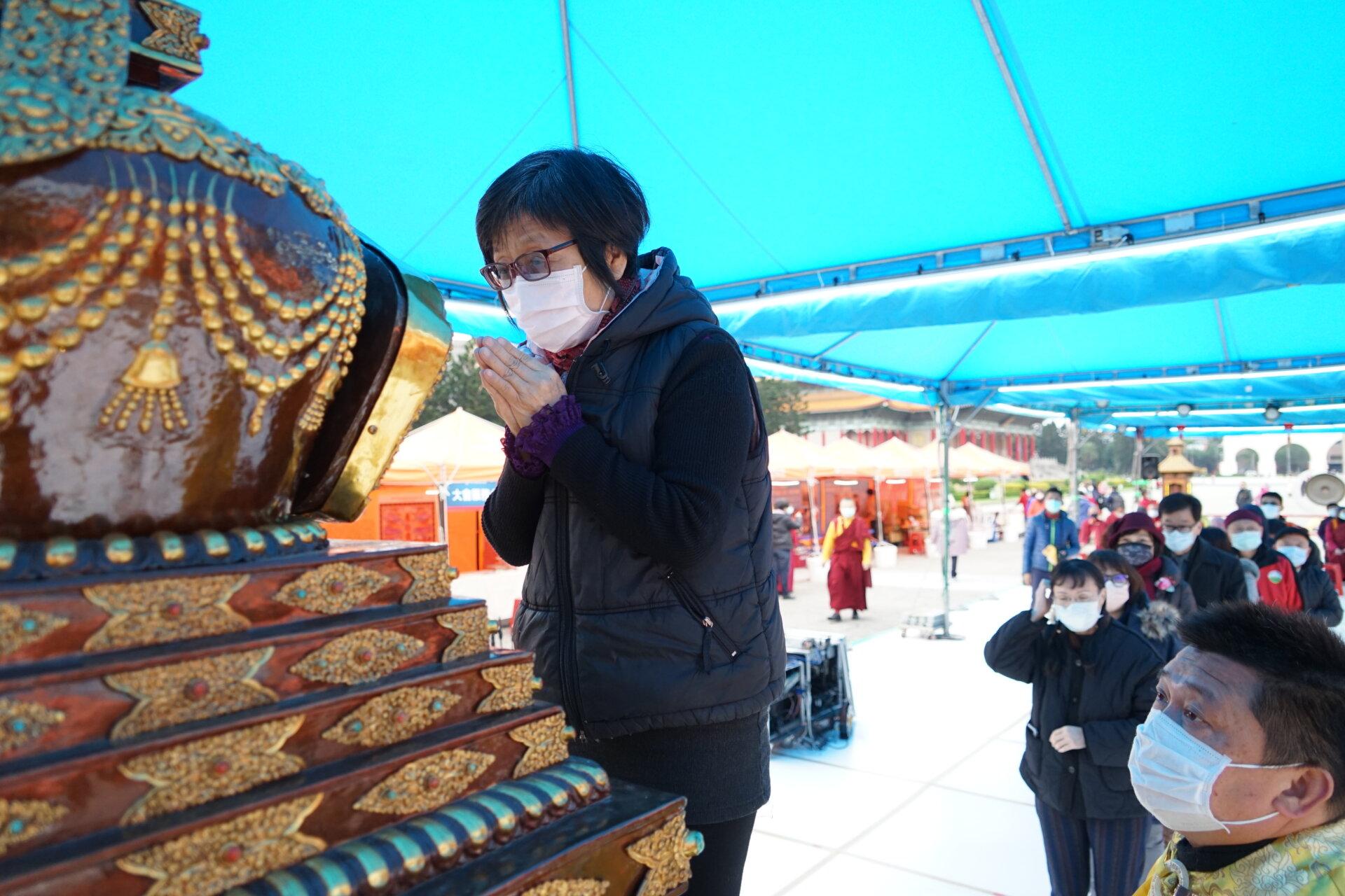 行動佛殿117站台北中正紀念堂,眾多民眾排隊虔誠瞻禮佛陀舍利