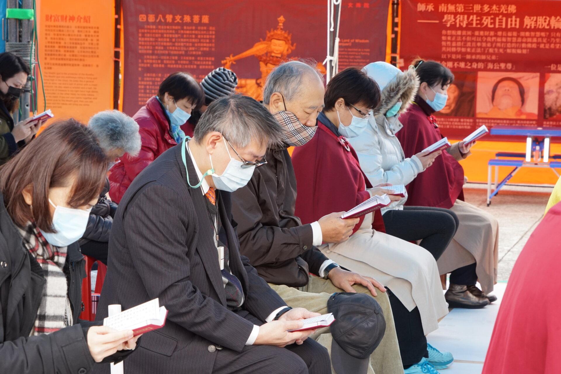 行動佛殿117站台北中正紀念堂,信眾齊心誦經