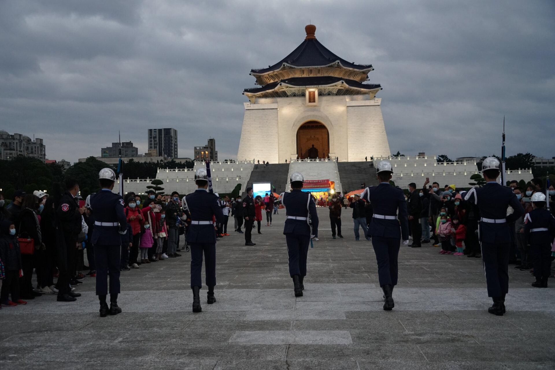 行動佛殿117站台北中正紀念堂,元旦降旗