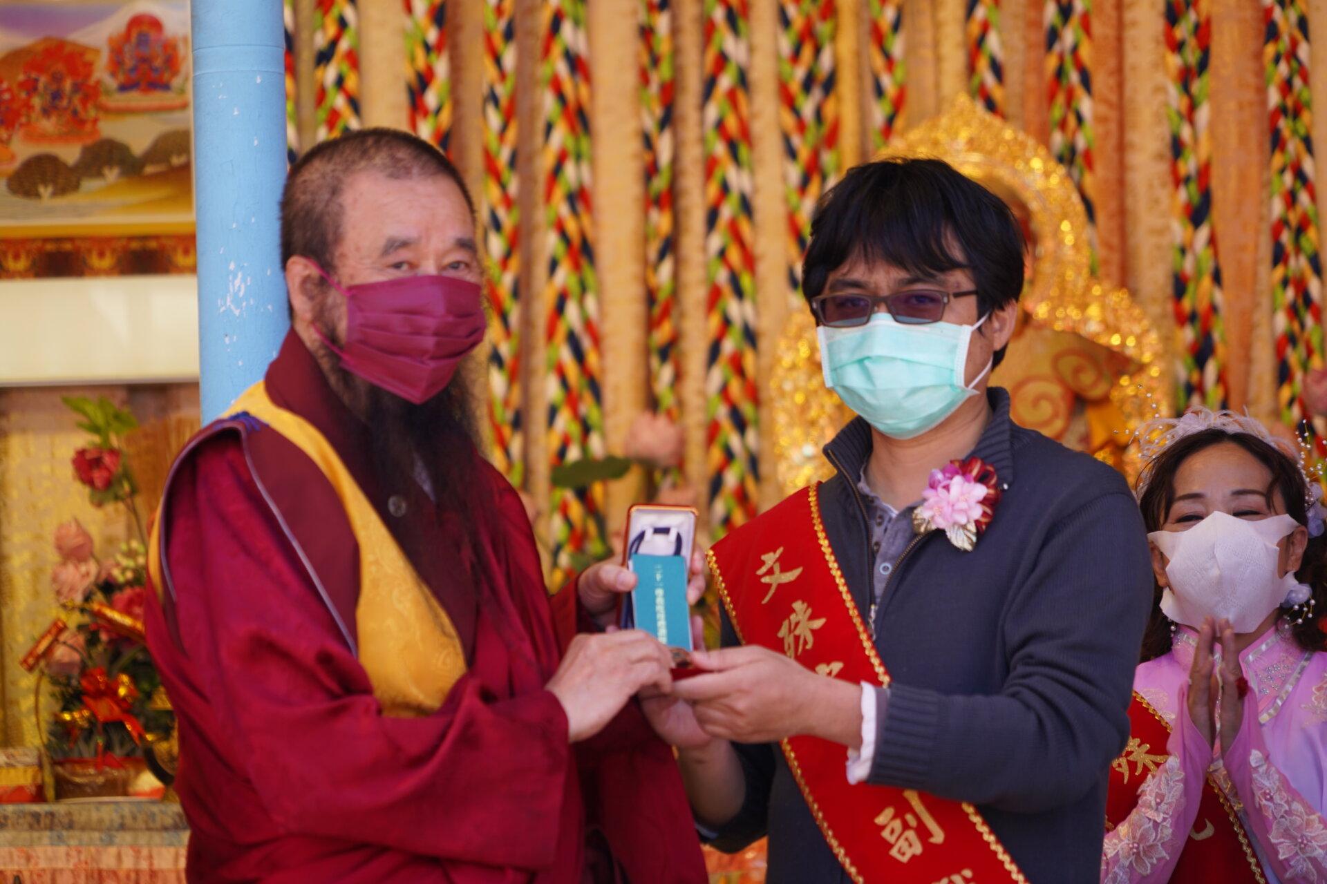 行動佛殿123站高雄前鎮,本會指導上師恆性嘉措仁波且致贈加持物給貴賓
