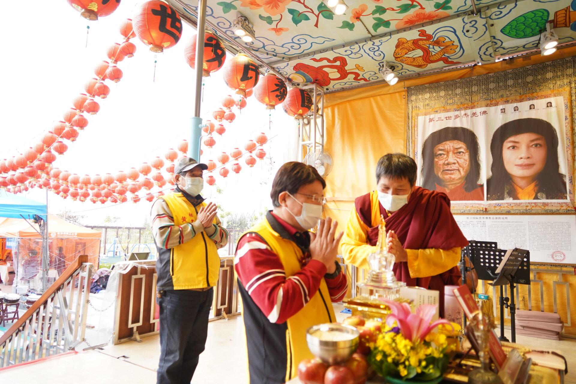 行動佛殿118站台南七股,陳昆和議員恭敬合掌頂禮三寶佛