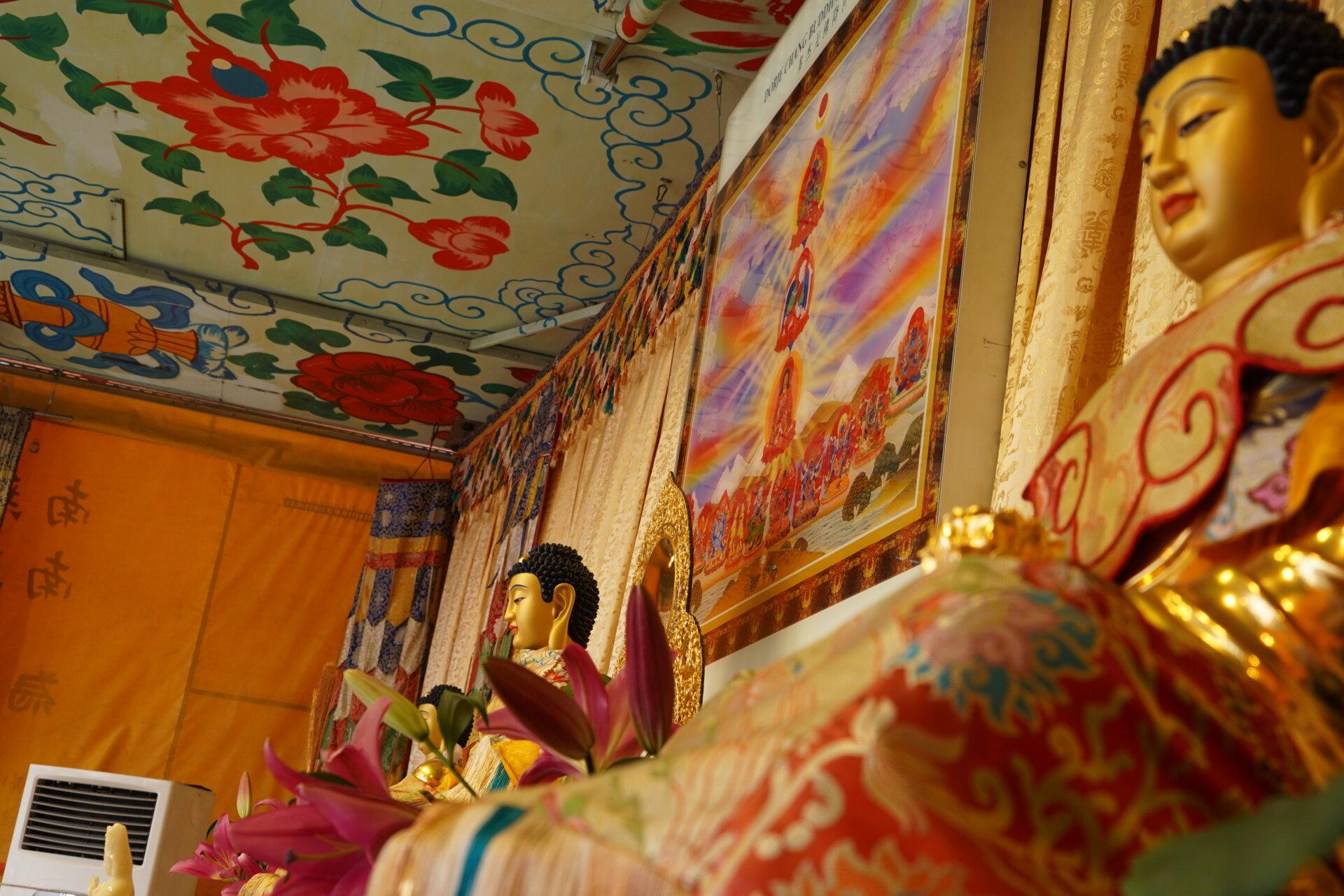 行動佛殿118站台南七股,佛殿上三寶佛俯視眾生
