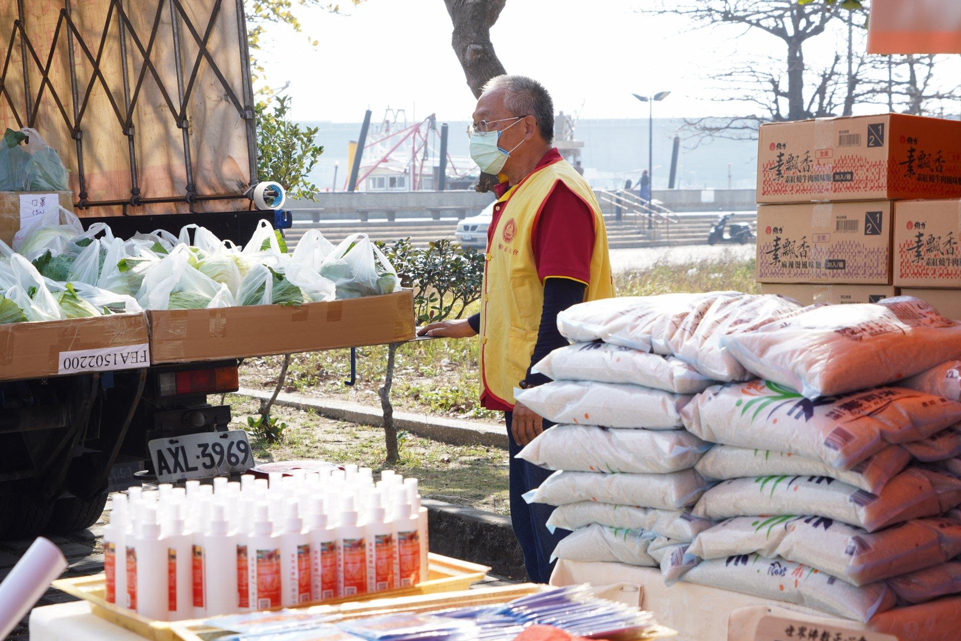 行動佛殿124站嘉義布袋漁港,公益關懷發送泡麵.白米.口罩酒精及高麗菜