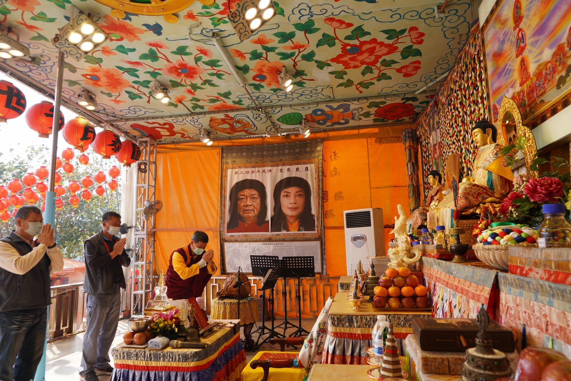 行動佛殿124站嘉義布袋漁港,當地分局警察至佛殿誠心頂禮祈願當地平安順利吉祥