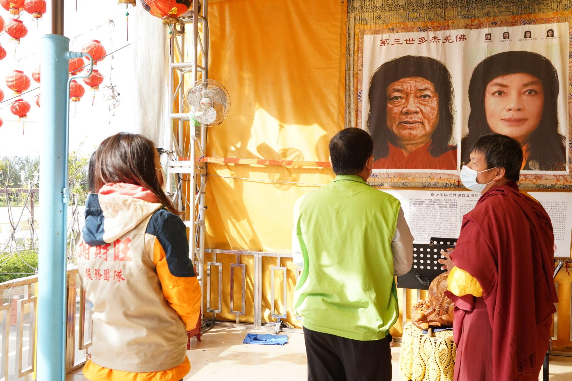 行動佛殿118站台南七股,向信眾介紹南無第三世多杰羌佛返老回春聖蹟