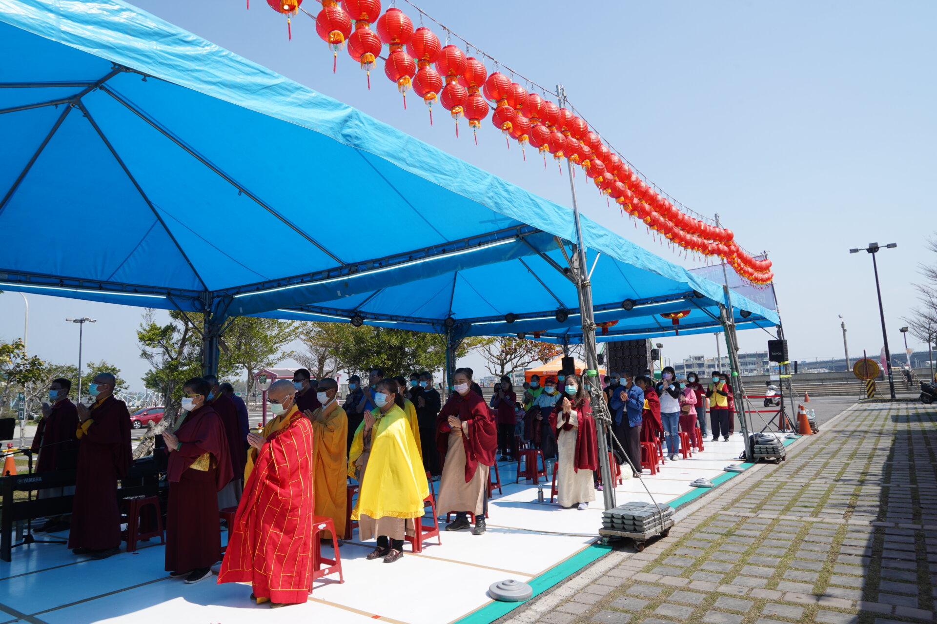行動佛殿124站嘉義布袋漁港,信眾誠心誦經