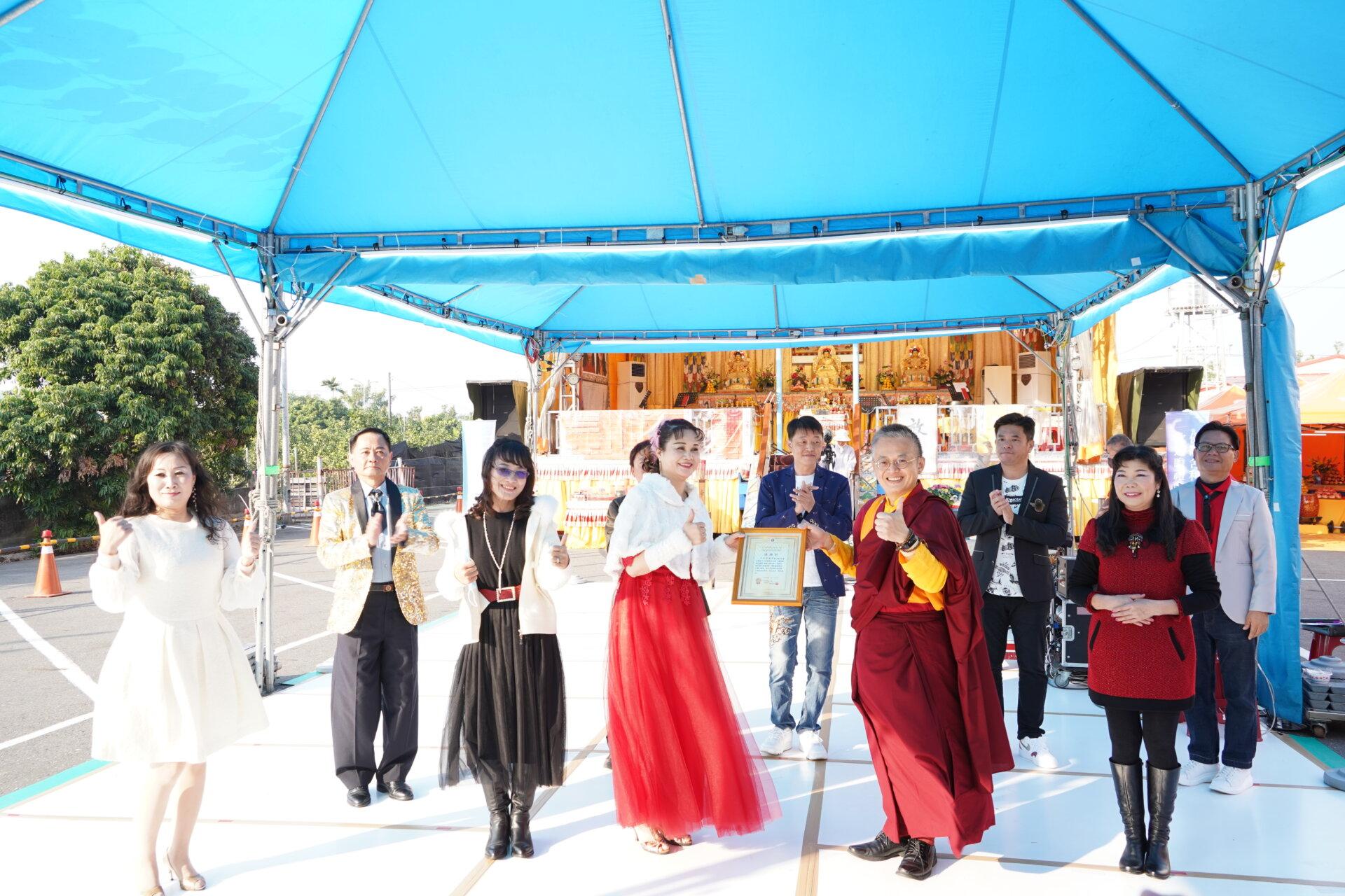 行動佛殿119站臺南麻豆,致贈感謝狀給幸福歌舞團