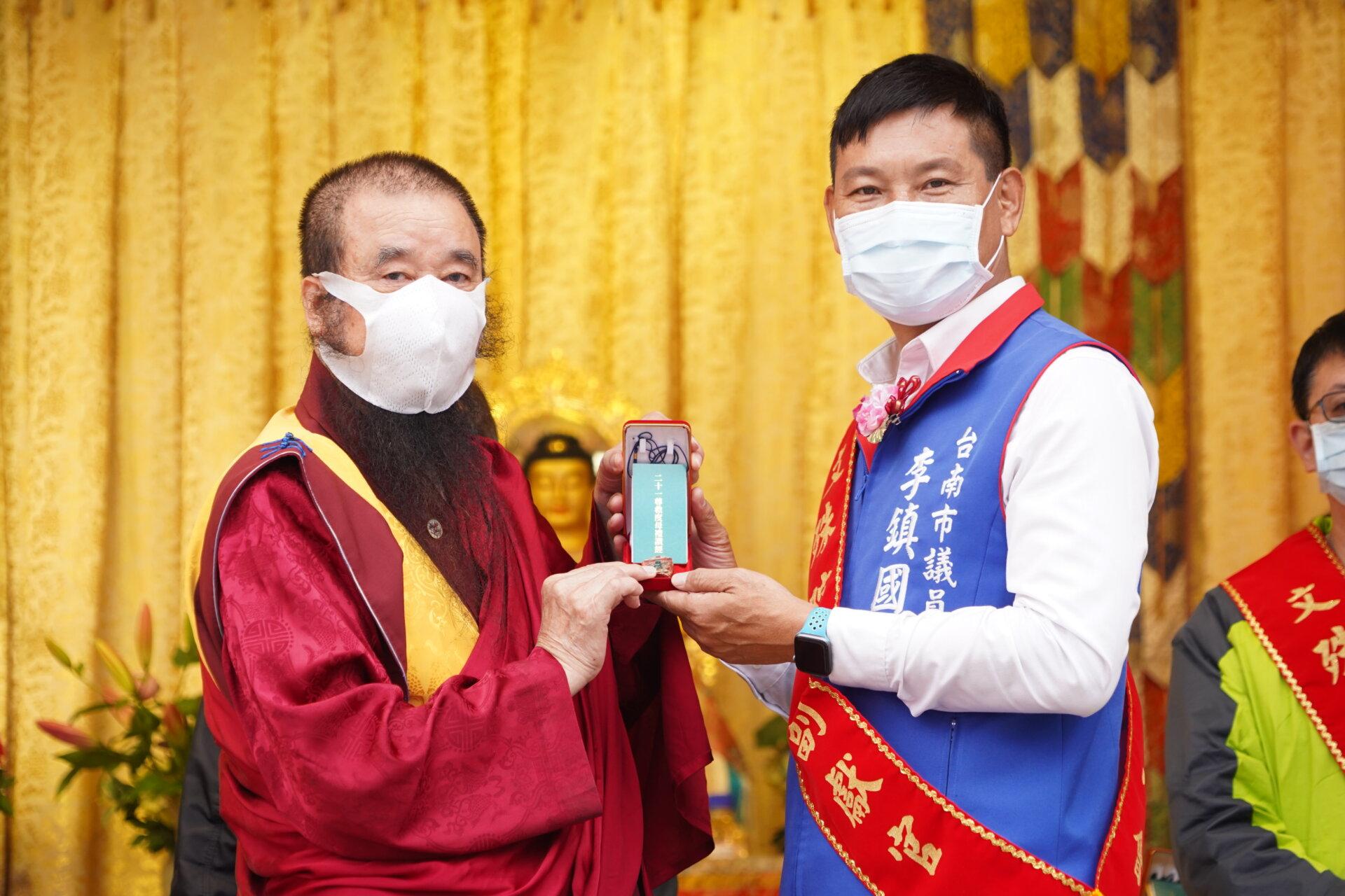 行動佛殿120站台南永康,本會指導上師恆性嘉措仁波且(左)致贈珍貴加持物綠度母墜子給李鎮國議員(右)