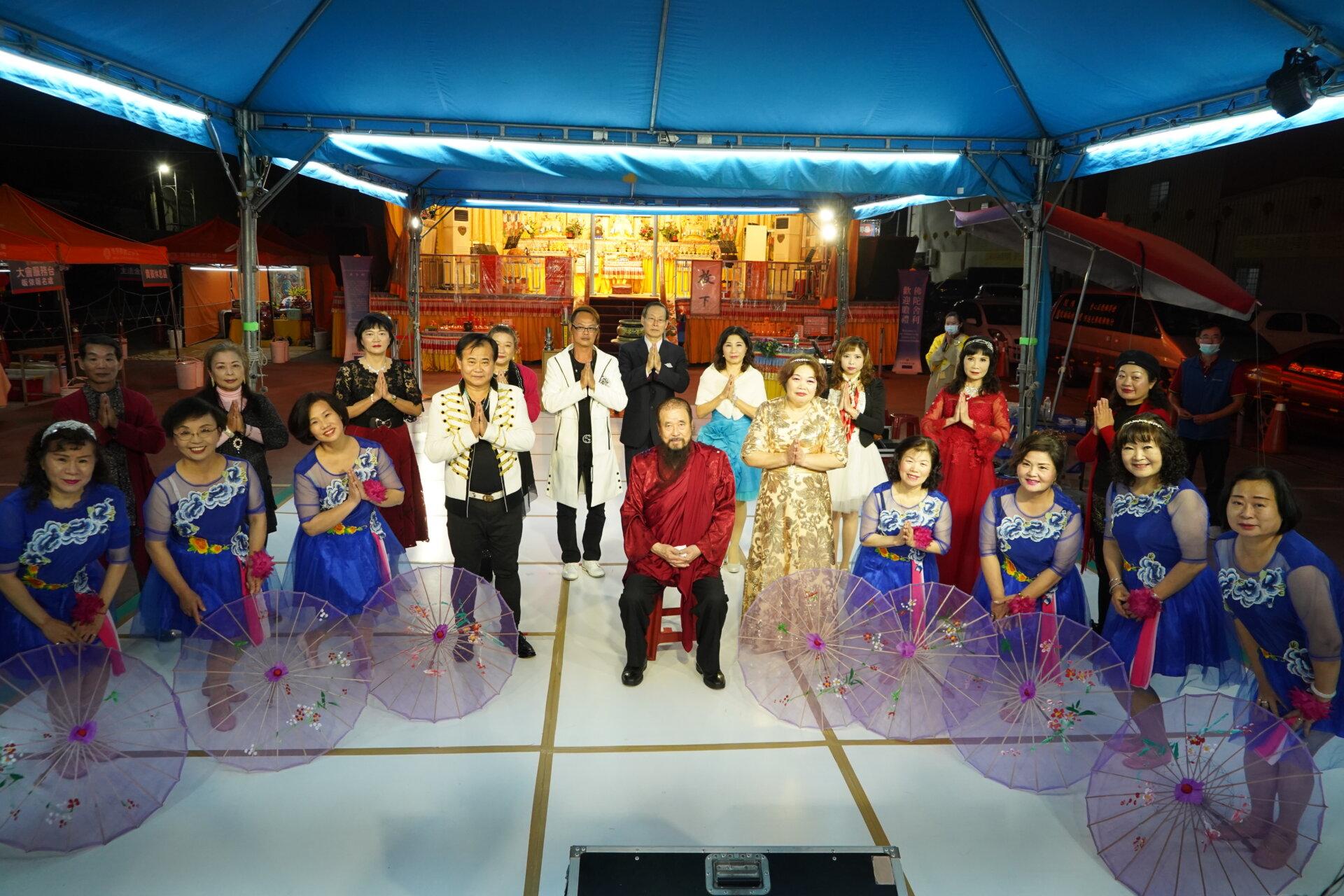 行動佛殿120站台南永康,本會指導上師恆性嘉措仁波且(中坐者)與永保安康歌唱協會合影