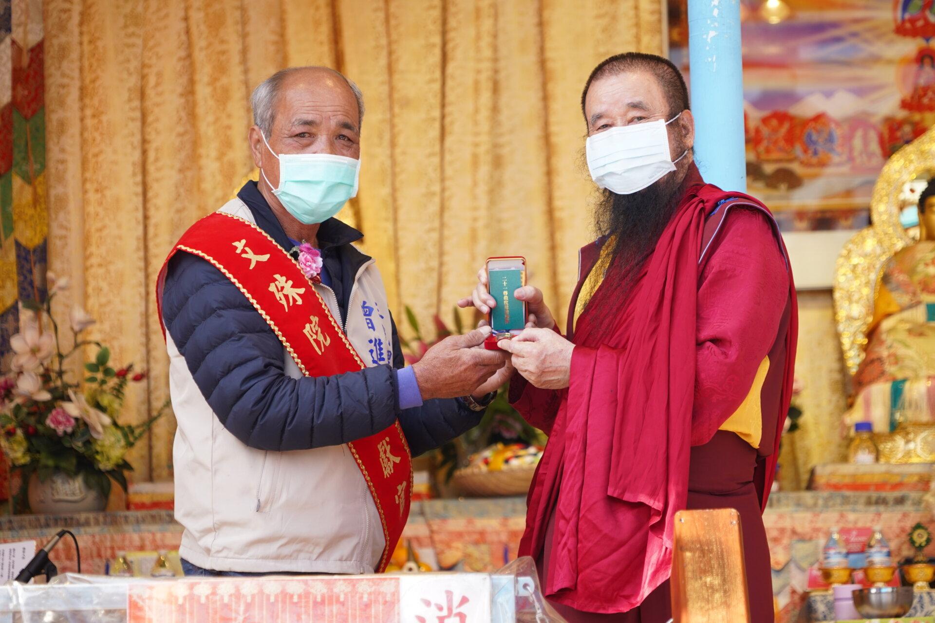 行動佛殿121站台南北門,本會指導金剛上師恆性嘉措仁波且致贈貴賓加持物