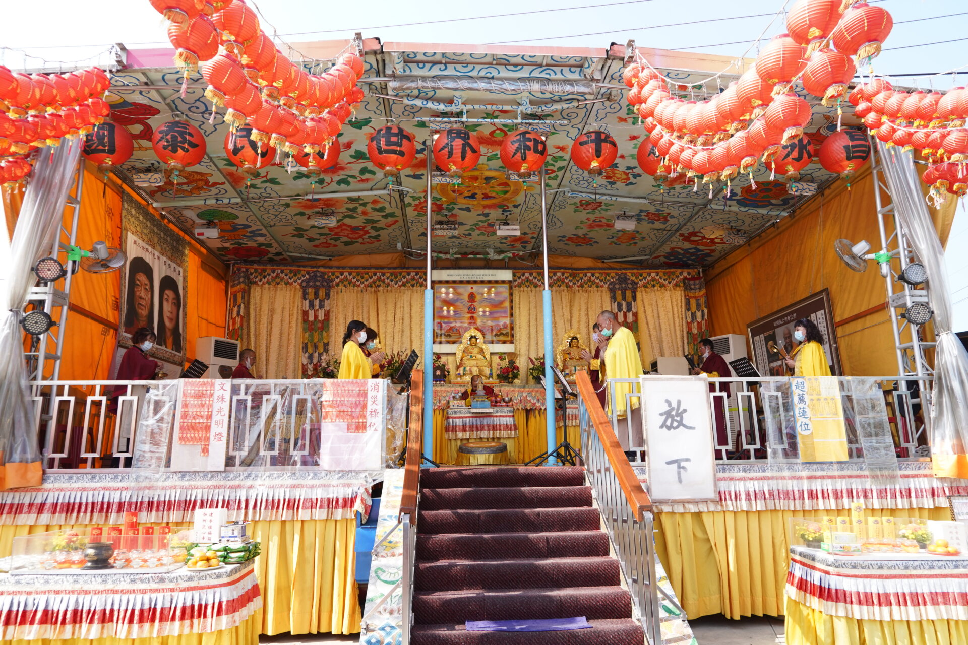 行動佛殿121站台南北門,信眾齊心誦經