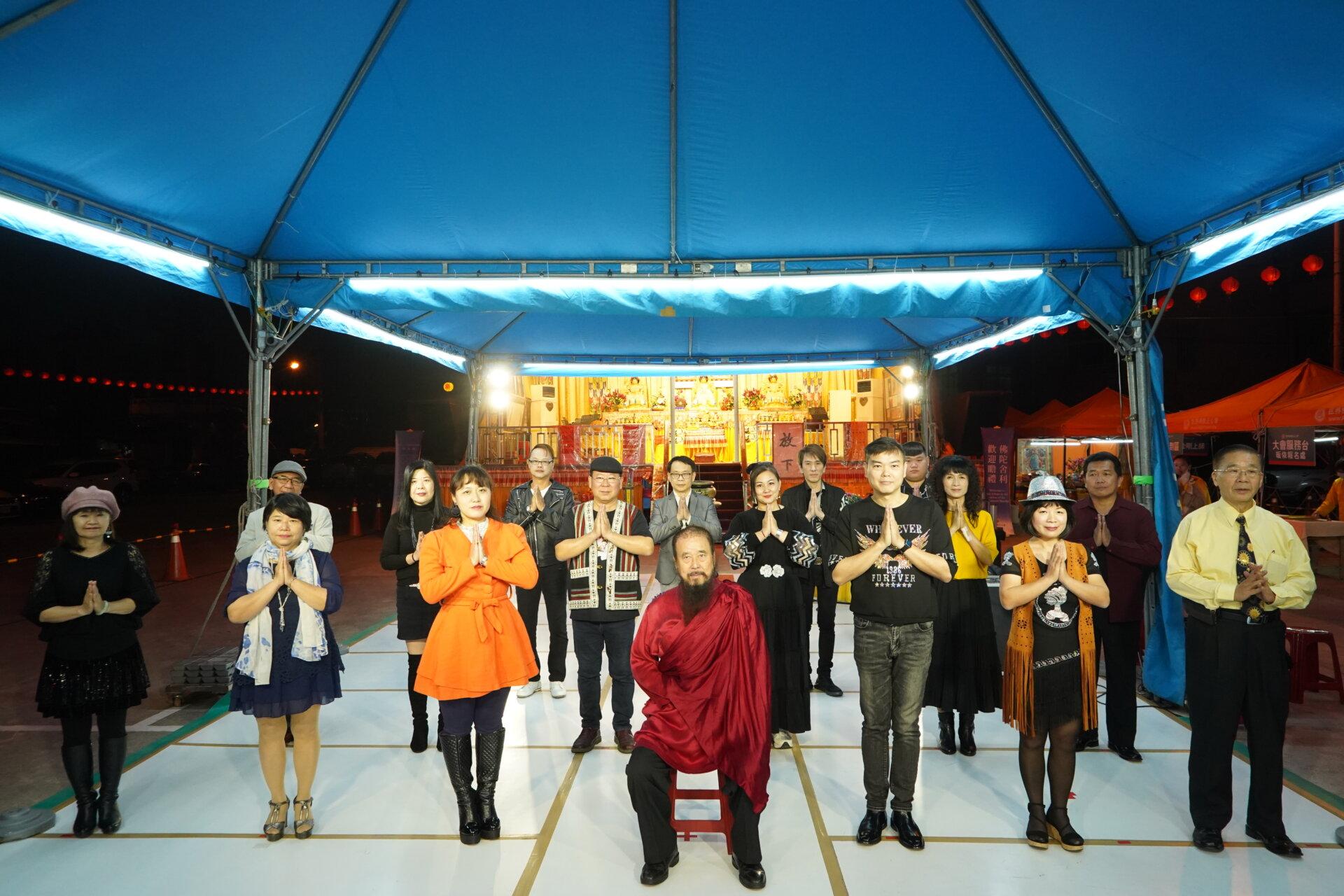 行動佛殿122站台南萬皇宮,本會指導上師恆性嘉措仁波且與芊彤歌唱坊合影