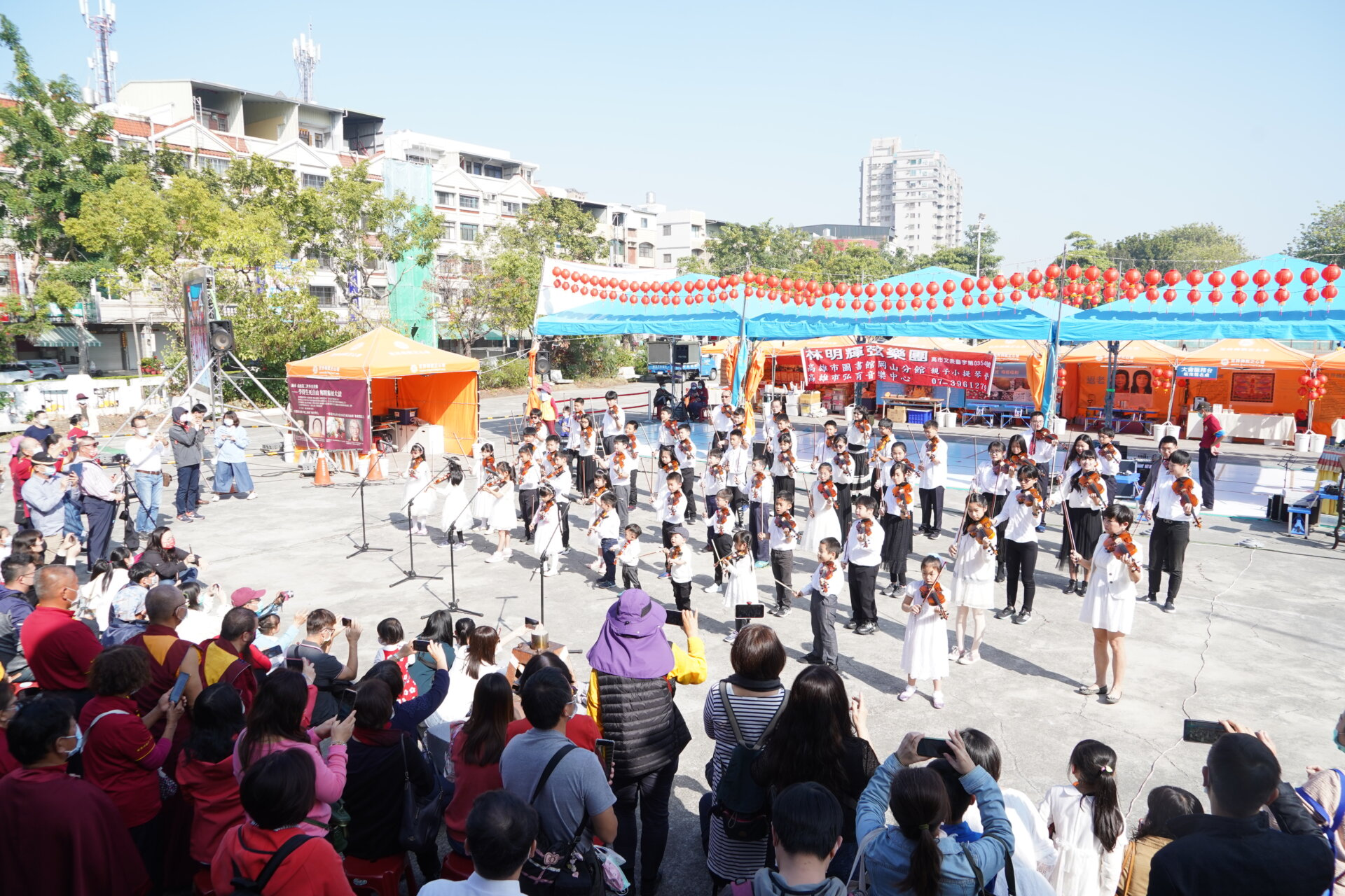 行動佛殿 樂藝供佛 愛樂喜樂林明輝弦樂團 號召上百位學生一起以小提琴演出