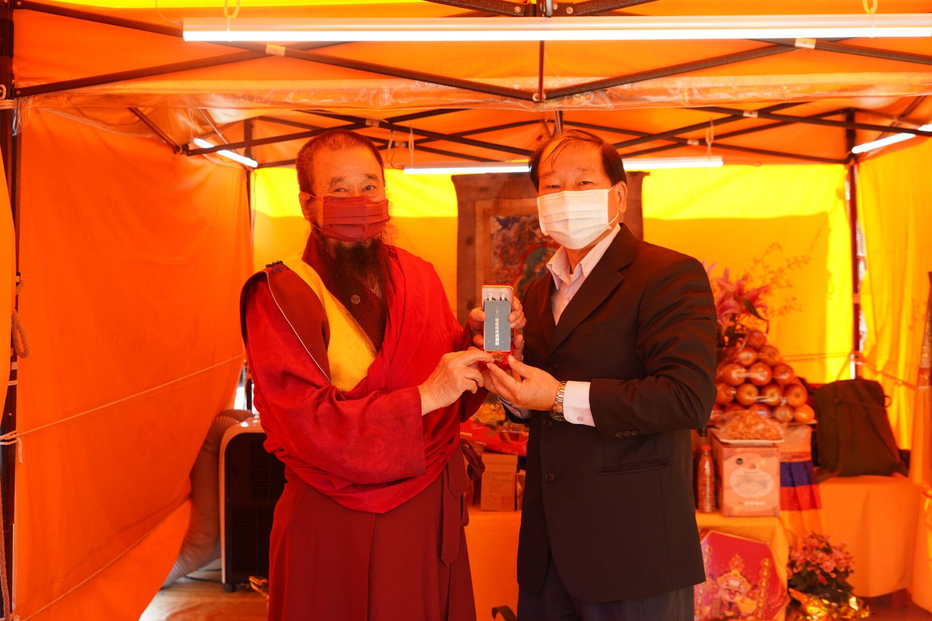 行動佛殿123站高雄前鎮,本會指導上師致贈吳永輝區長珍貴加持物