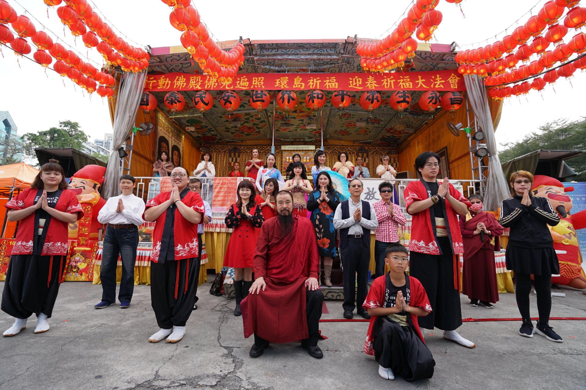 行動佛殿123站高雄前鎮,本會指導上師恆性嘉措仁波且與表演團體合影