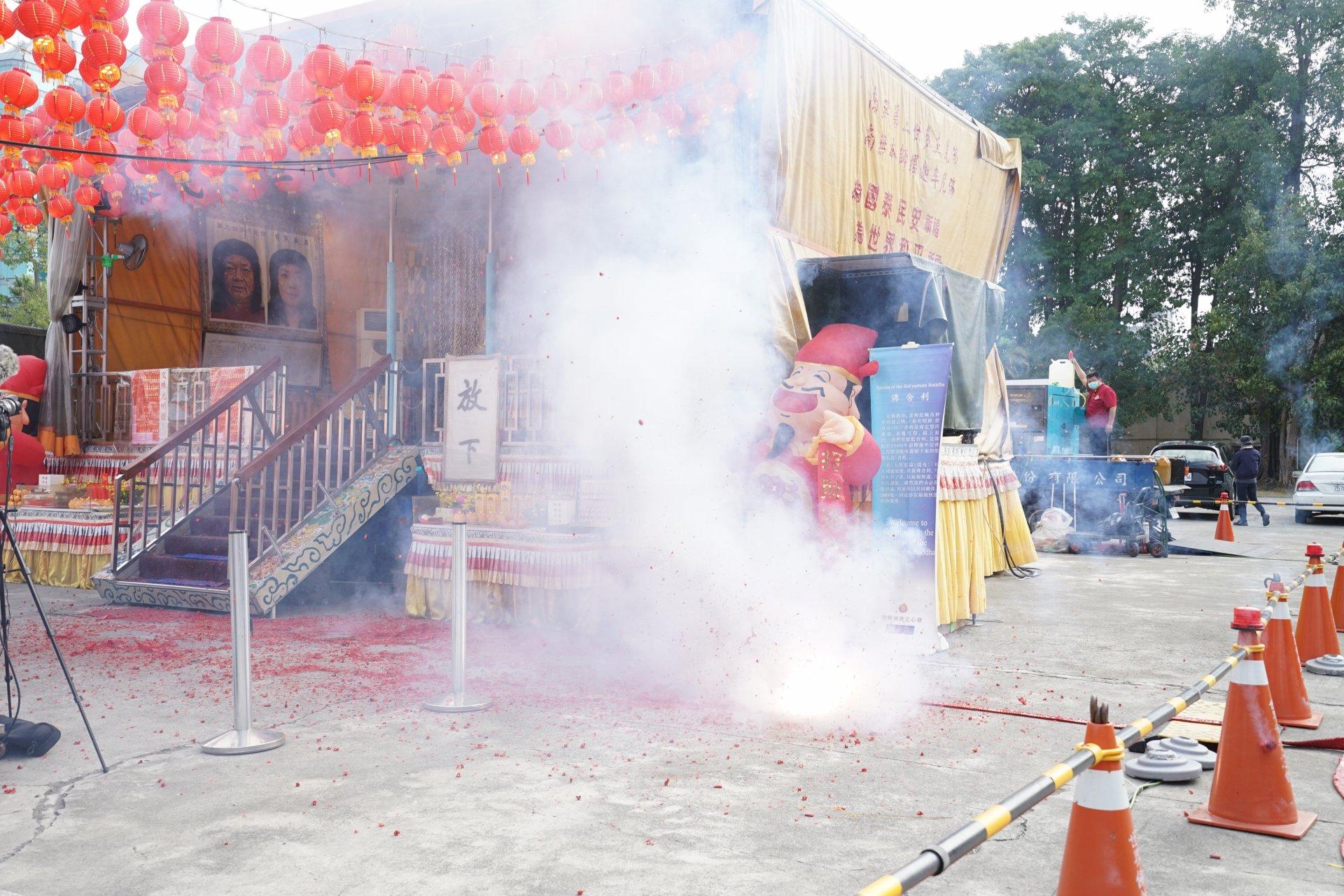 行動佛殿123站高雄前鎮,大年初一炮竹一聲除舊歲恭賀新年到