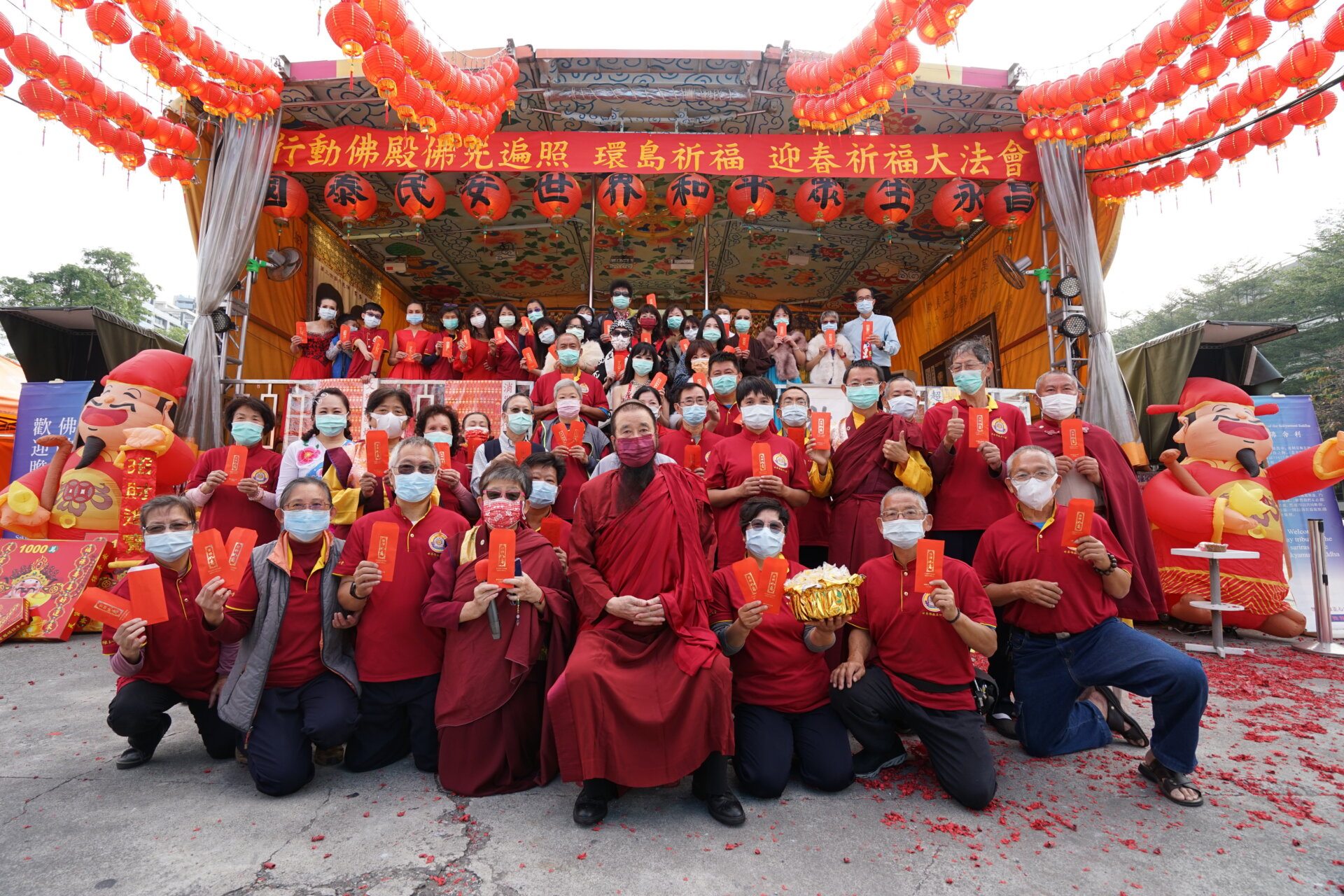 行動佛殿123站高雄前鎮,本會指導上師恆性嘉措仁波且帶領所有義工師兄姊祝賀新年