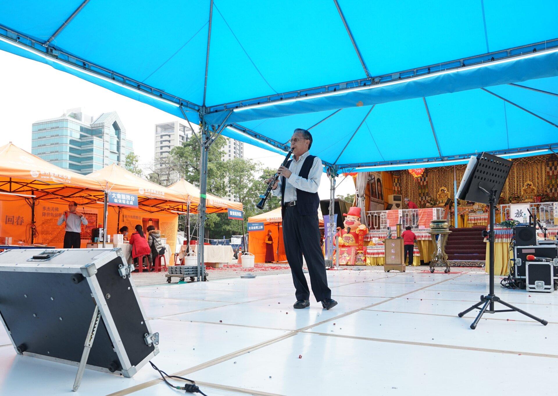 行動佛殿 樂藝供佛 特地南下演出的吳文源老師