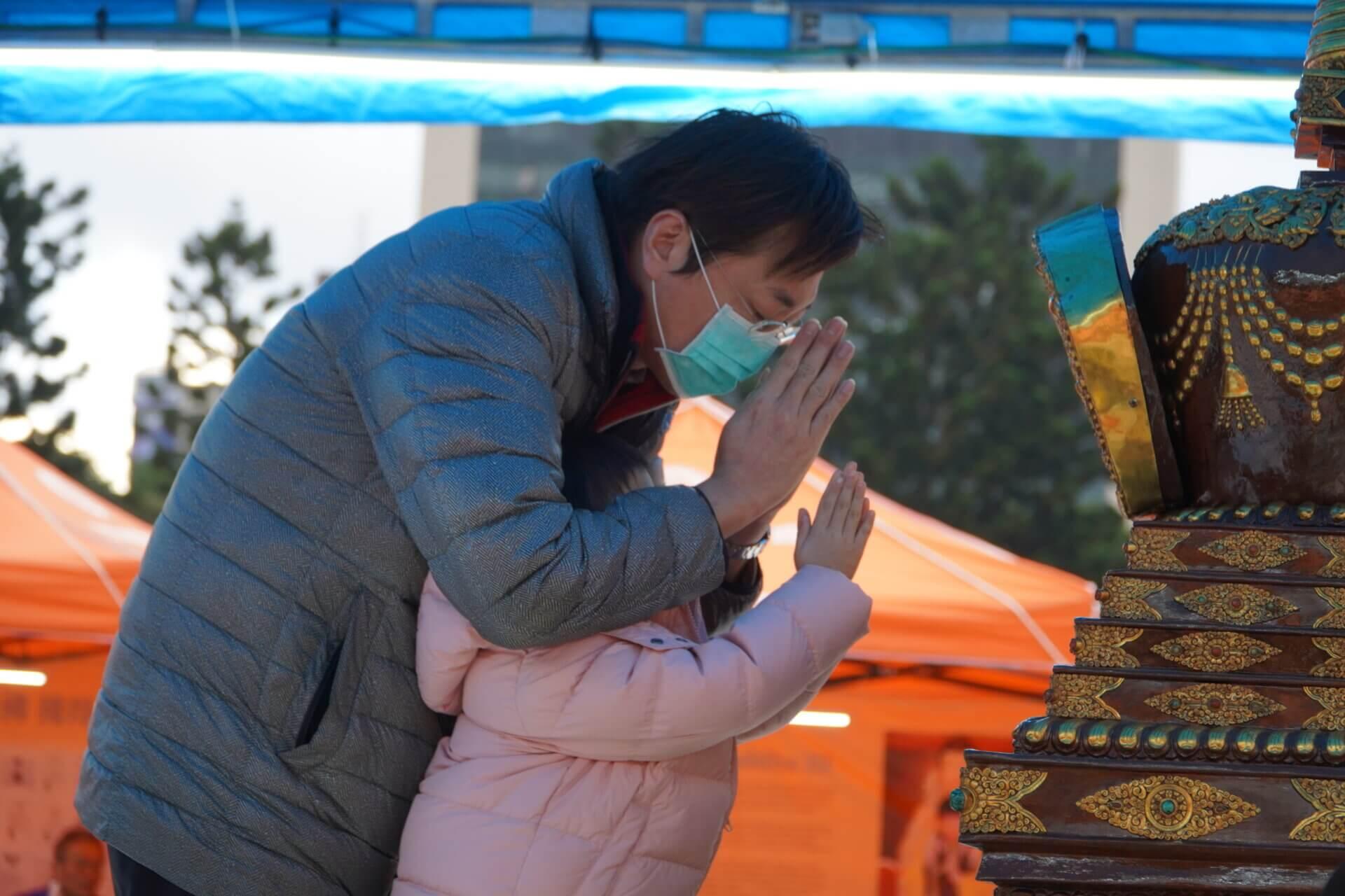 行動佛殿117站台北中正紀念堂,民眾虔誠恭敬合掌瞻禮佛陀舍利