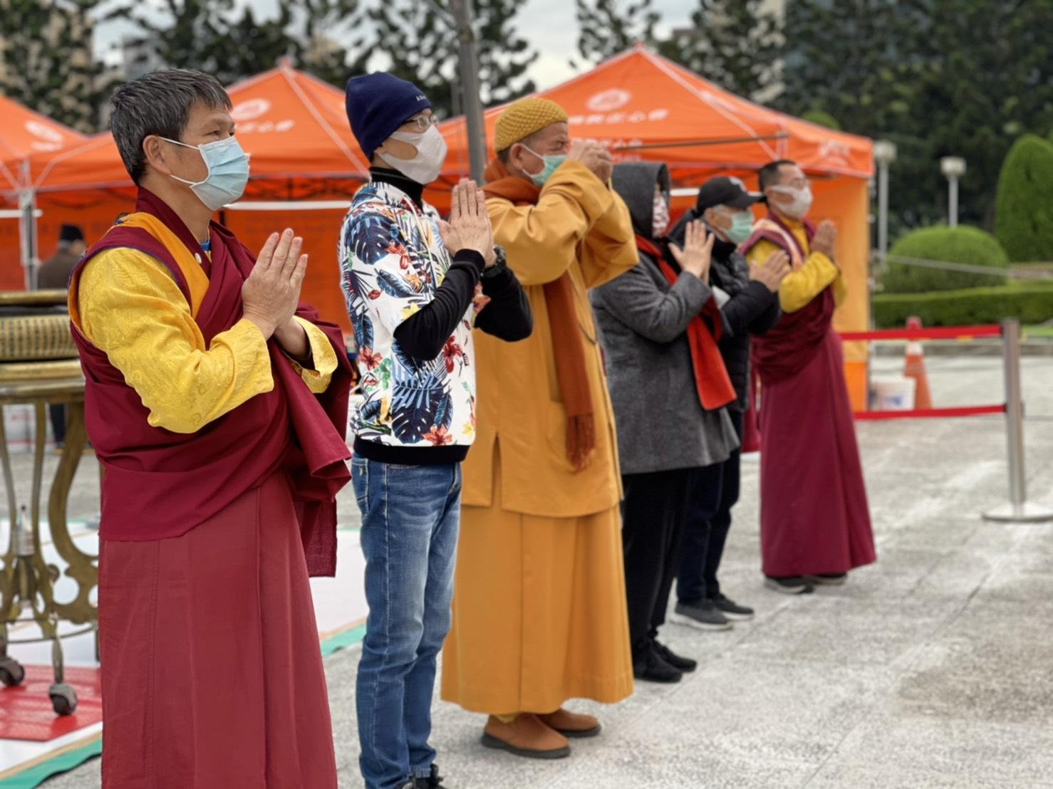 行動佛殿117站台北中正紀念堂,帶領貴賓上香