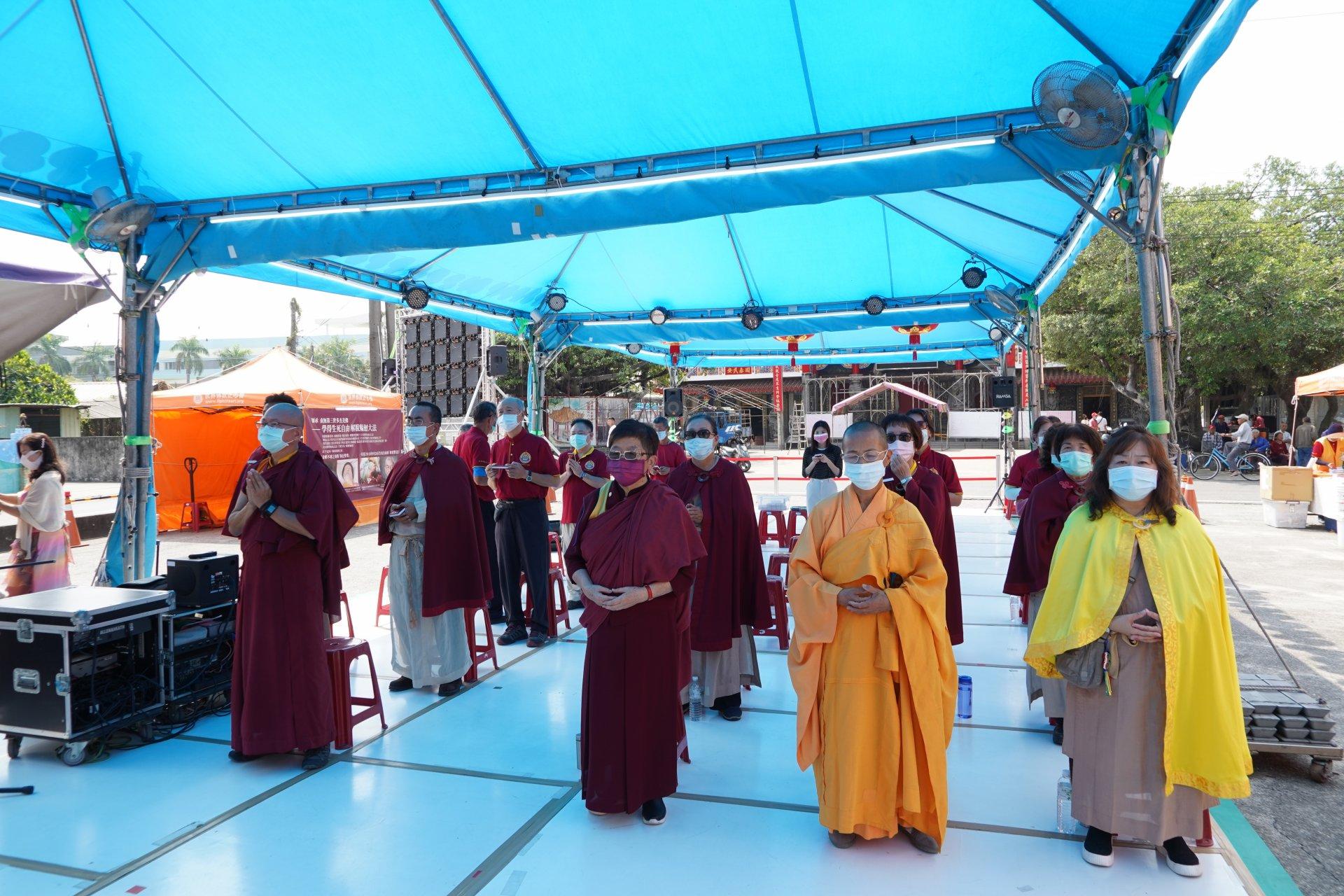 行動佛殿129站高雄永安,信眾齊心誦經