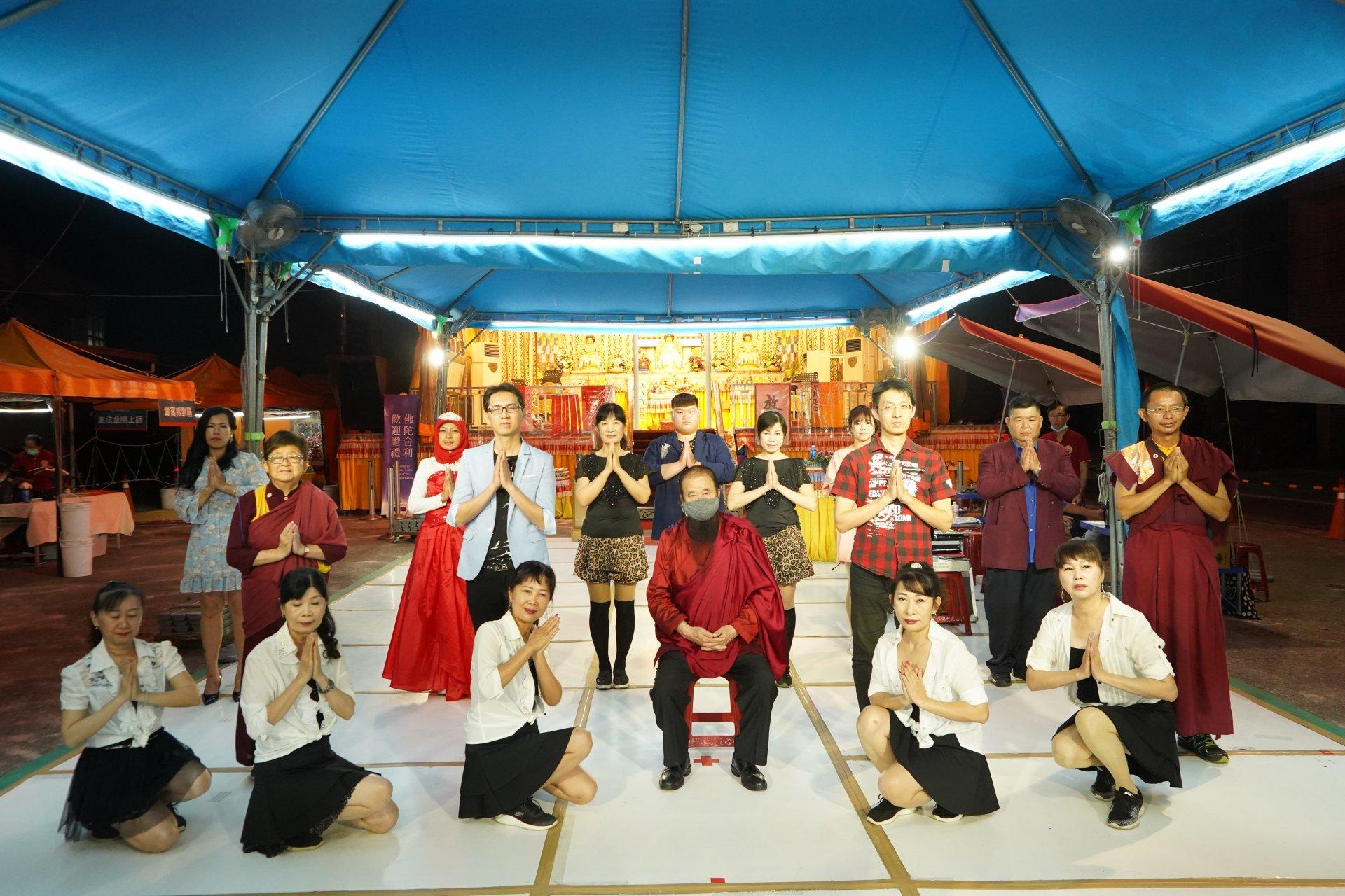 行動佛殿129站高雄永安,本會指導上師與高雄市愛的歌聲關懷協會合影