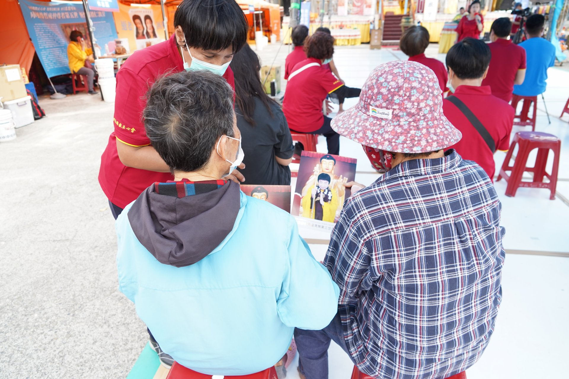 行動佛殿129站高雄永安,發送世界佛教教皇照給信眾