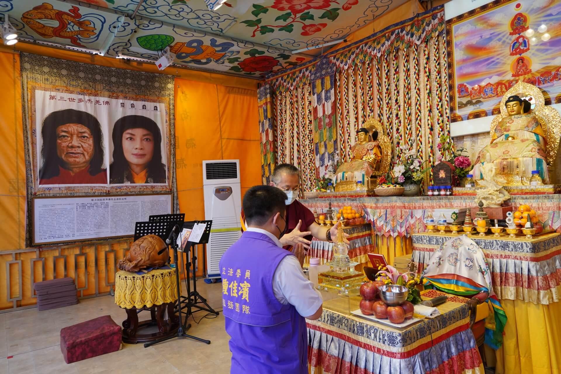 行動佛殿125站屏東里港,師兄帶領貴賓至佛殿瞻禮佛陀舍利